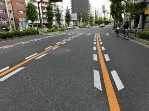 ドットラインは車線を狭く見せる意味